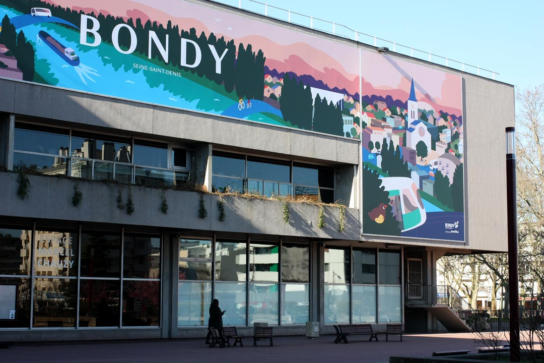 Zooom sur l'hôtel de ville de Bondy habillée par la bâche 2020