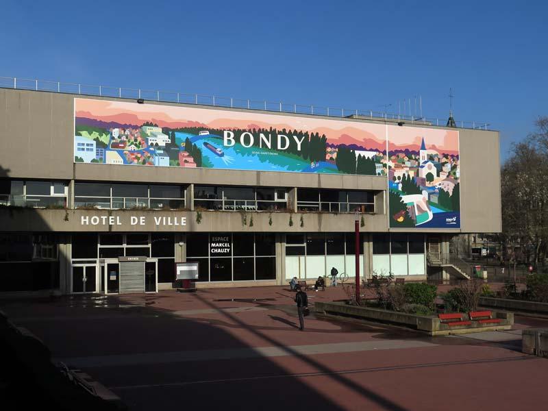 Vue de l'hôtel de ville de Bondy habillée par la bâche 2020