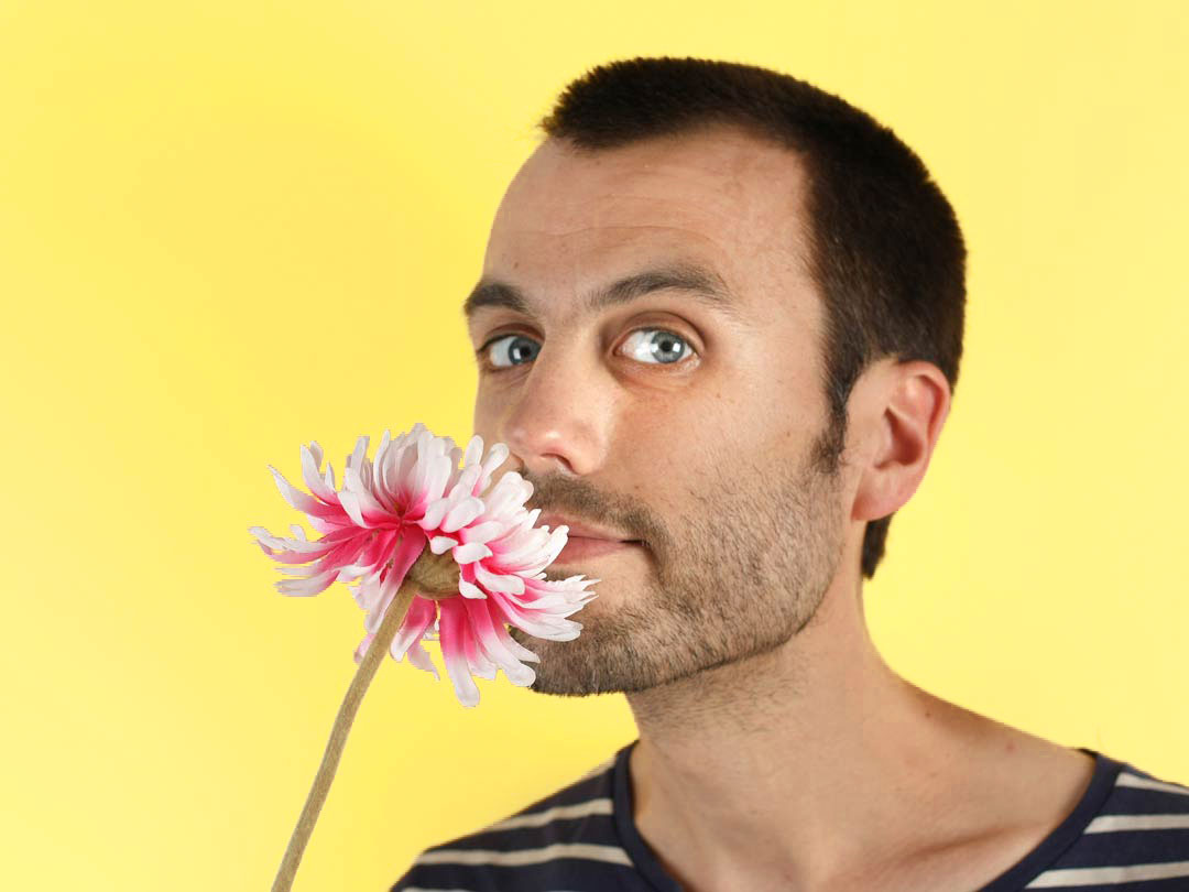 Lucas de Bruyn et une fleur en tissu